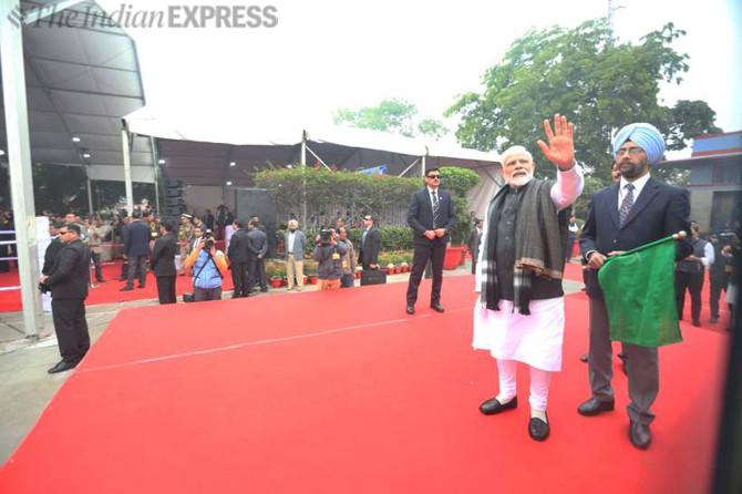 ट्रेनच्या अनावरण सोहळ्याला पंतप्रधान मोदी उपस्थित होते. पंतप्रधानांनी शुक्रवारी नवी-दिल्ली रेल्वेस्थानकावरून देशातील पहिली इंजिनविरहीत ट्रेन 'वंदे भारत एक्स्प्रेस'ला हिरवा झेंडा दाखविला.  चेन्नईमधील 'इंटेग्रल कोच फॅक्टरी'मध्ये केवळ १८ महिन्यांत ह्या ट्रेनची निर्मिती करण्यात आली आहे. (एक्स्प्रेस फोटो - गजेंद्र यादव)