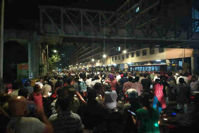 गर्दीच्या वेळी घडलेल्या या अपघातामुळे टाईम्स ऑफ इंडिया कार्यालय व आजुबाजूच्या परिसरात प्रचंड गर्दी तयार झाली
