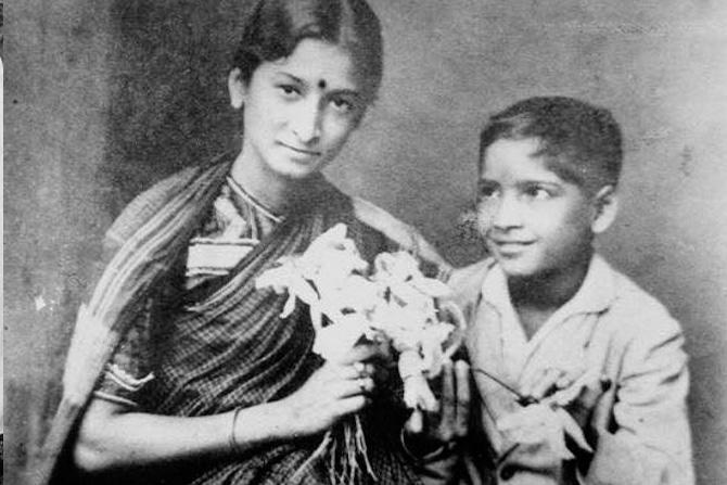 दुर्गाबाई कामत: दुर्गाबाई कामत या पहिल्या भारतीय महिला अभिनेत्री होत्या.