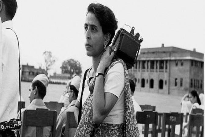 होमी वरारावाला: छायाचित्रकार म्हणून प्रसारमाध्यमांमध्ये काम करणाऱ्या (फोटो जर्नालिस्ट) पहिल्या भारतीय महिला साडी नेसून खांद्यावर कॅमेरा घेतलेला त्यांचा फोटो त्या काळाची प्रचिती देतो.
