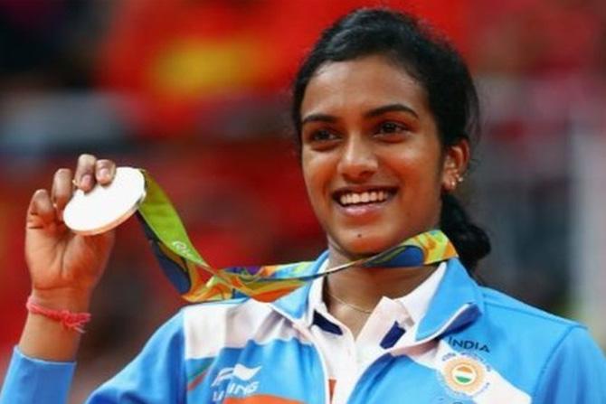 पी.व्ही.सिंधू: रिओ ऑलिम्पिकमध्ये महिला बॅडमिंटन स्पर्धेत पी.व्ही.सिंधूने रौप्य पदकाची कमाई केली. ऑलिम्पिकमध्ये रौप्य पदकाची कमाई करणारी पहिली महिला ठरली