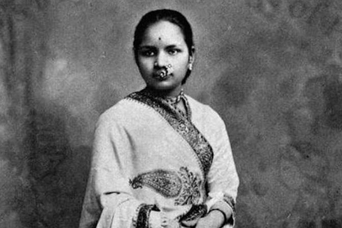 आनंदीबाई गोपाळ जोशी: भारतातील पहिल्या महिला डॉक्टर. अत्यंत प्रतिकूल परिस्थितीवर मात करून वेळप्रसंगी समाजाचा रोष पत्करून आनंदीबाई शिकल्या, भारतातील पहिल्या महिला डॉक्टर होण्याचा मान त्यांनी मिळवला.