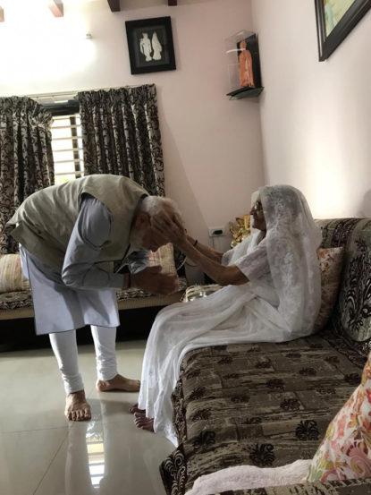 मतदानापूर्वी पंतप्रधान नरेंद्र मोदी गांधीनगर येथे आईच्या घरी गेले. आईचा आशीर्वाद घेतल्यानंतर नरेंद्र मोदी मतदान केंद्राच्या दिशेने रवाना झाले.