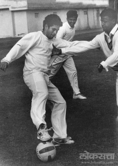 सचिन तेंडुलकर आणि विनोद कांबळी फुटबॉल खेळताना. (छाया - रवी बत्रा)