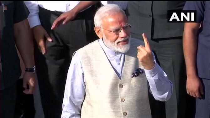 मतदान करुन आल्यानंतर पंतप्रधान नरेंद्र मोदी बोटाला लावलेली शाई दाखवताना