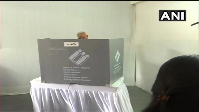 पंतप्रधान नरेंद्र मोदींने राणिप येथील मतदार केंद्रात जाऊन मतदान केले