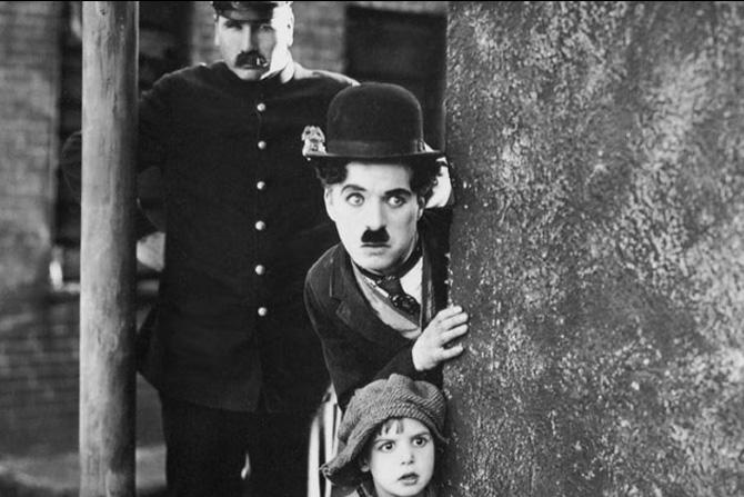 चार्ल्स स्पेन्सर चॅप्लिन याचा जन्म १६ एप्रिल १८८९ रोजी झाला. चार्लीचा बराचसा शालेय काळ अनाथ मुलांच्या केंद्रांत वा वसतिगृहांतच गेला. लहानपणी घर असं काही नव्हतंच. त्यामुळे वेळ घालवण्यासाठी आणि जगण्यासाठीही तो स्थानिक कलाकारांच्या मेळय़ांत पडेल ते काम करू लागला.