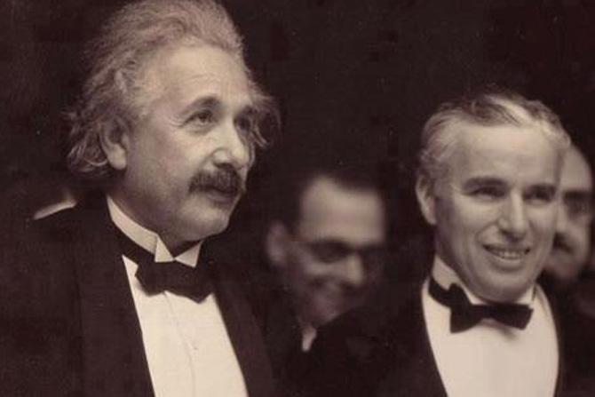 थोर शास्त्रज्ञ आईन्सटाइन आणि चार्ली चॅप्लिन यांच्या भेटीच्या वेळी काढलेले छायाचित्र