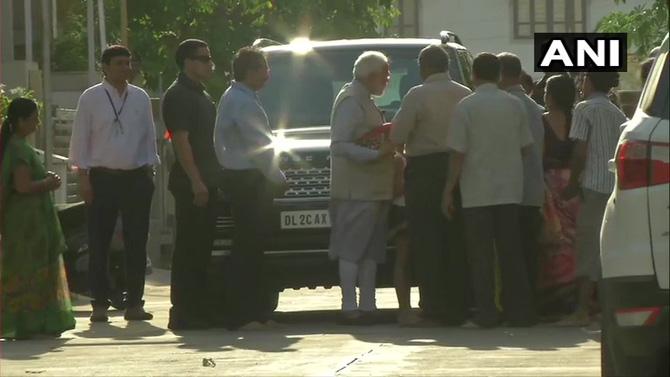 सकाळी सातेसातच्या सुमारास पंतप्रधान नरेंद्र मोदी गांधीनगर येथील आपल्या आईच्या घरी पोहचले. मतदानाचा हक्क बजावण्यासाठी आलेल्या मोदींने आधी आपल्या आईची भेट घेतली.