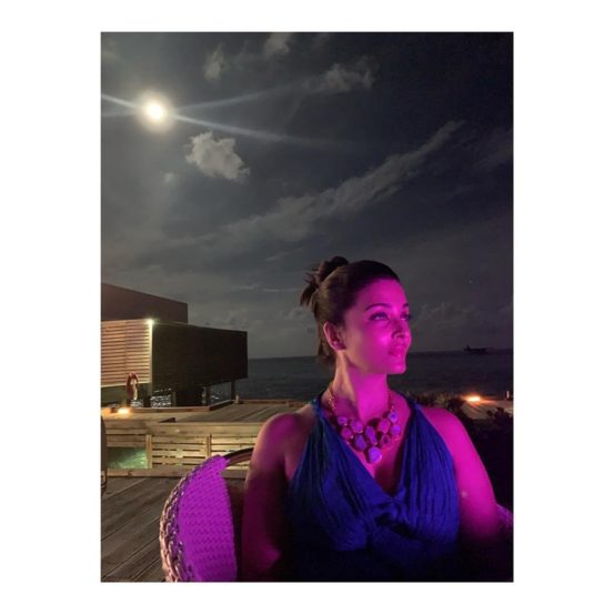 ऐश-अभिच्या लग्नाचा १२ वा वाढदिवस असल्यामुळे तो सेलिब्रेट करण्यासाठी त्यांनी मालदीवची निवड केली. व्हॅकेशनचे फोटोज सोशल मीडियावर  व्हायरल होत आहेत.