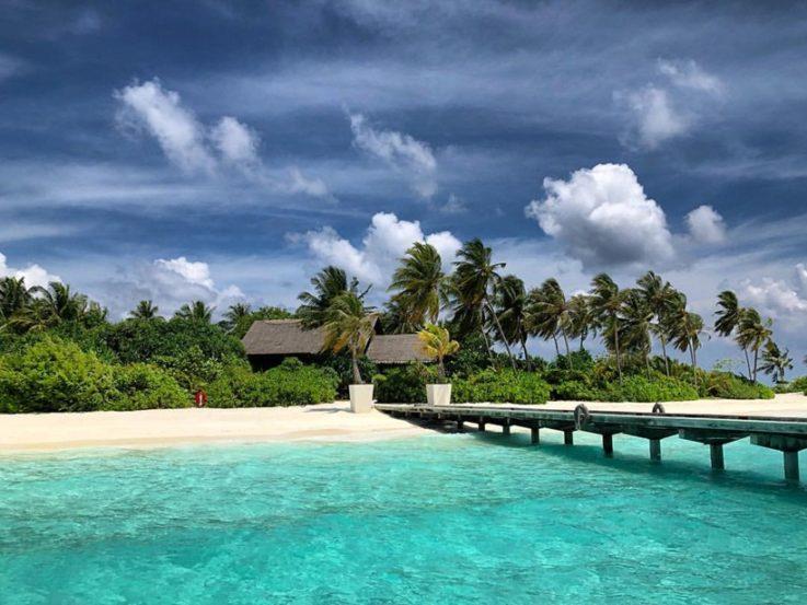 बॉलिवूडचं ऐश्वर्य अर्थात ऐश्वर्या राय -बच्चन सध्या पती अभिषेक आणि मुलगी आराध्यासह मालदीवमध्ये क्वॉलिटी टाईम एन्जॉय करत आहे.