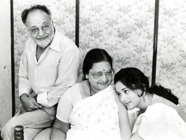 १५ मे १९६७ साली माधुरी दीक्षित हिचा जन्म मुंबईमध्ये शंकर आणि स्नेहलता दीक्षित या मराठी मातापित्यांच्या घरी झाला.