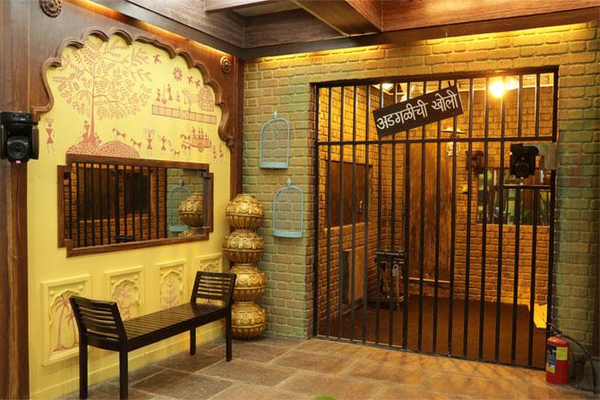 बिग बॉसच्या घरातील सर्वात महत्वाची जागा म्हणजे कारागृह. तसेच याला 'अडगळीची खोली' अशी पाटी लावण्यात आली आहे.