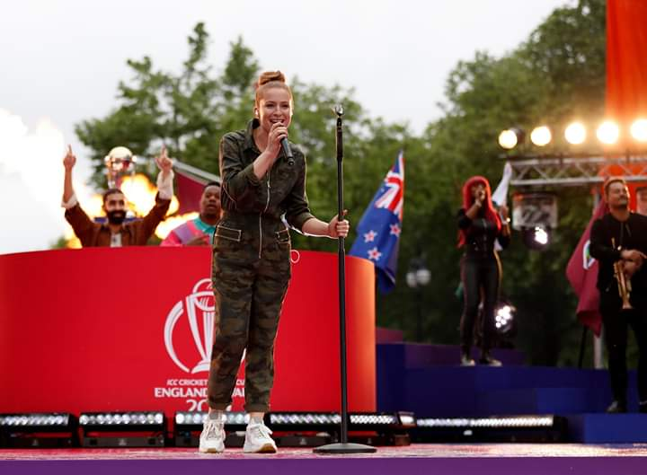 कार्यक्रमाच्या अखेरीस लॉरिन आणि रुडीमेंटल यांनी रचलेले 'स्टँड बाय' हे विश्वचषकाचे अधिकृत गाणे सादर केले.