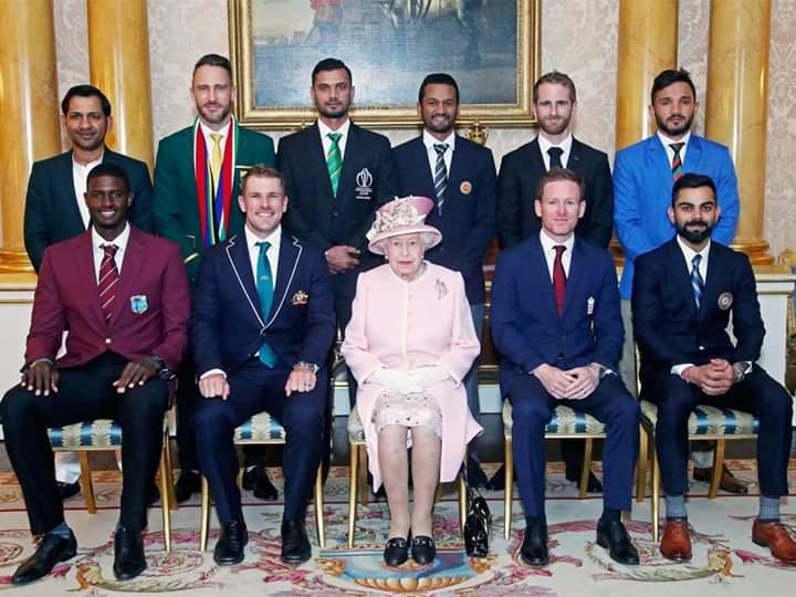 उद्घाटन सोहळ्याआधी १० संघांच्या कर्णधारांनी प्रिन्स हॅरी आणि ब्रिटनच्या राजघराण्यातील कुटुंबीयांची भेट घेतली.