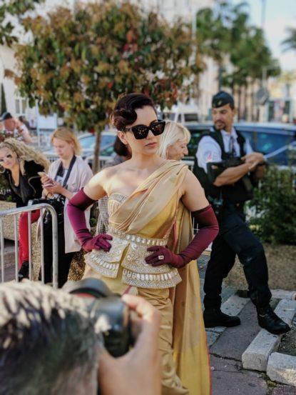 अभिनेत्री कंगनाने भारतीय परंपरेप्रमाणे साडीला प्राधान्य दिलं. मात्र तिच्या या लूकचीही तितकीच चर्चा रंगली होती.