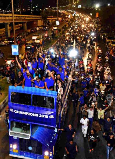 ओपन बसमधून मुंबई इंडियन्सची विजयी मिरवणूक काढण्यात आली होती. ( छायाचित्र सौजन्य : प्रदीप दास )