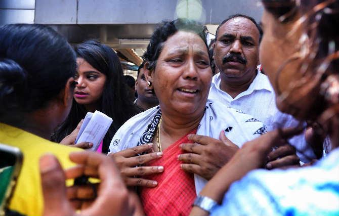 पायलला न्याय मिळावा म्हणून नायर हॉस्पिटलच्या रूग्णालयासमोर तिच्या आई वडिलांनी निदर्शने केली. (निर्मल हरिंद्रन)