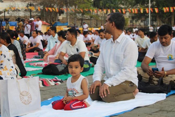 लहानांपासून मोठ्यांपर्यंत अनेकजण अगदी उत्साहाने योगासने करताना दिसले.