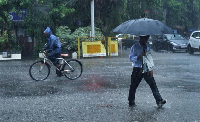 गेल्या अनेक दिवसांपासून पावसाची प्रतीक्षा मुंबईकरांना होती. तो पाऊस अखेर बरसण्यास सुरूवात झाल्याने मुंबईकरांनीही सुटकेचा निश्वास सोडला आहे. (छाया - निर्मल हरिंद्रन)