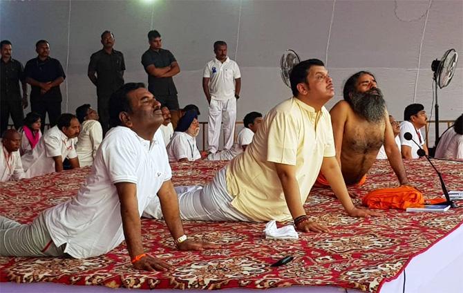 फडणवीस योगासने करताना