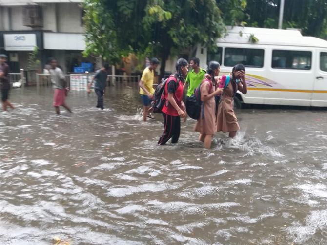अनेक ठिकाणी पाणी साठल्याने मुलांना याच साठलेल्या पाण्यातून घरी जावे लागले. (फोटो: गणेश शिर्सेकर)