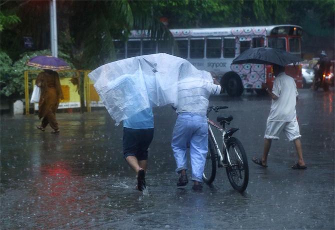 मुंबईतील अंधेरी, पवई या ठिकाणी जोरदार पाऊस पडू लागला आहे. (छाया - निर्मल हरिंद्रन)