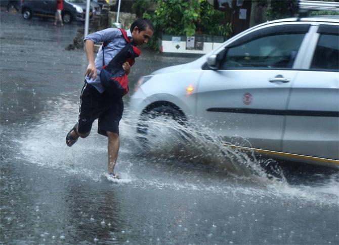 गुरूवारी नाशिक, पुणे, कल्याण डोंबिवली परिसरातही पाऊस झाला. आता मात्र मुंबई आणि उपनगरांमध्ये मुसळधार पाऊस सुरू झाला आहे. (छाया - निर्मल हरिंद्रन)