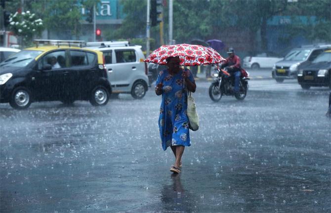 ठाणे जिल्ह्यातही सगळीकडेच पावसाने हजेरी लावली आहे. त्याचप्रमाणे मुंबईतील अंधेरी, पवई या ठिकाणी जोरदार पाऊस पडू लागला आहे. (छाया - निर्मल हरिंद्रन)