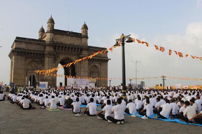 मुंबई पोर्ट ट्रस्ट आणि पतांजली योग समितीच्या संयुक्त विद्यमाने योगदिनानिमत्त या कार्यक्रमाचे आयोजन करण्यात आले होते.