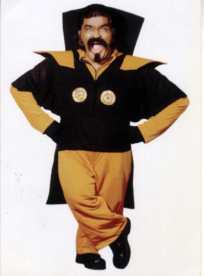 सुरुवातीपासूनच नाटकांची अतिशय आवड असलेल्या अशोक सराफ यांनी वयाच्या १८ व्या वर्षी शिरवाडकरांच्या ' ययाती आणि देवयानी' या नाटकातील विदूषकाच्या भूमिकेद्वारे व्यावसायिक रंगभूमीवर प्रवेश केला.
