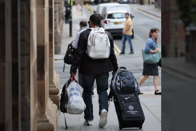 आपल्या बॅग आणि इतर सामानासहीत हॉटेलबाहेर निघताना महेंद्रसिंह धोनी. धोनीचा हा शेवटचा विश्वचषक होता.