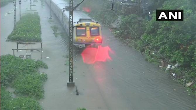 नवी मुंबईतही चांगलाच पाऊस पडतो आहे त्या ठिकाणीही काही भागांमध्ये पाणी साठण्यास सुरूवात झाली आहे. कुर्ला ते सायन दरम्यान रूळांवर पाणी साठलं आहे असंही समजतं आहे.