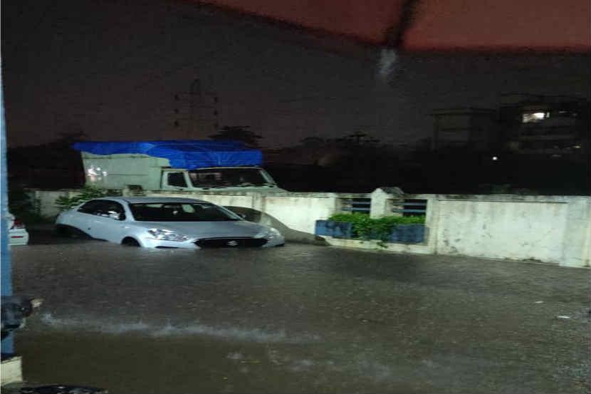 अनेक ठिकाणी इमारतीच्या पहिल्या मजल्यापर्यंत पाणी साठले होते, २६ जुलैच्या आठवणी ताज्या झाल्या, वाहनेही पाण्याखाली