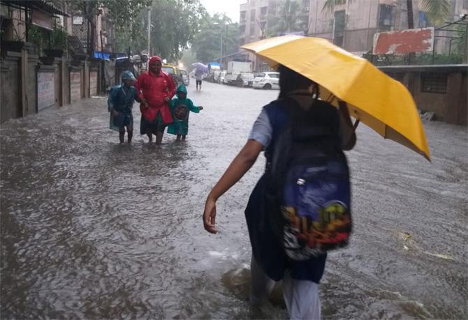 अनेक ठिकाणी विद्यार्थ्यांना गुडघाभर पाण्यातून शाळेत जावे लागले. (फोटो: गणेश शिर्सेकर)