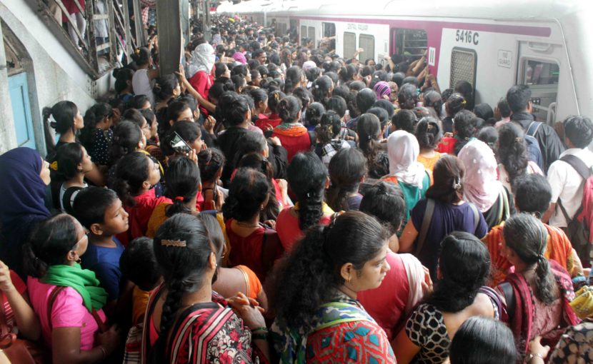 या गर्दीमध्ये महिलांची संख्याही अधिक आहे. (छाया सौजन्य : दिपक जोशी)