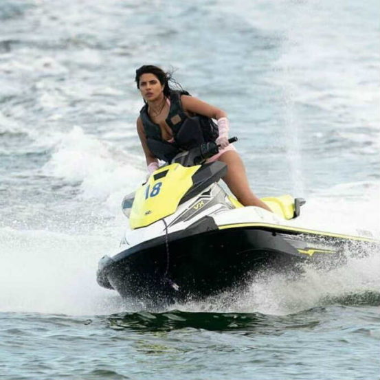 प्रियांका जेट स्की चालवताना