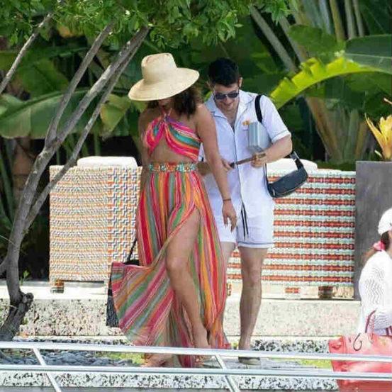 देसी गर्ल ते क्वांटिको गर्ल असा प्रवास करणारी अभिनेत्री अर्थात प्रियांका चोप्रा सध्या मियामीमध्ये सुट्टी एन्जॉय करत आहे.
