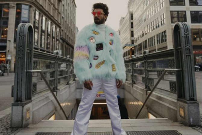 रणवीरची स्टाइल स्टेटमेंट चाहत्यांमध्ये लोकप्रिय आहे. तो फॅशनच्या बाबतीत कायम नवनवीन प्रयोग करुन पाहत असतो.