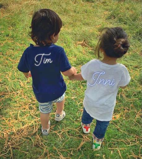 तैमुरच्या टी-शर्टवर 'टीम' तर इनायाच्या टी-शर्टवर 'इन्नी' अशी नावं लिहिलेली आहेत. हे दोघं भाऊ-बहीण हात पकडून चालताना कुणालने हा फोटो टिपला आहे.