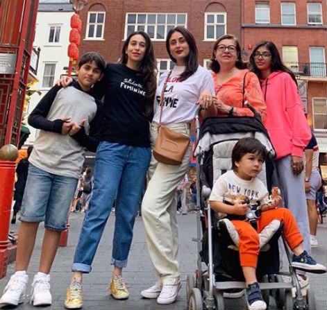 करिश्मा कपूरने बहीण करिना, आई बबिता आणि मुलांसोबत फोटो शेअर केला आहे. 'फॅमजॅम लंडन डायरीज' असं कॅप्शन तिने या फोटोला दिलं आहे.