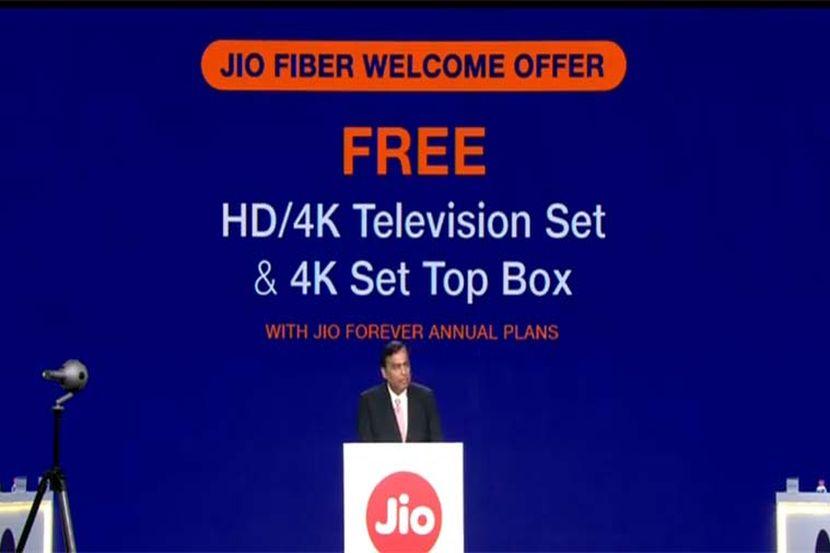 'जिओ'च्या यशानंतर रिलायन्स बाजारामध्ये 'जिओ फायबर' ही ऑप्टिकल फायबर केबल आधारित ब्रॉडबँड सेवा घेऊन आली आहे. यामध्ये ग्राहकांना १०० एमबीपीएस ते एक जीबीपीएस इतका अफाट इंटरनेट स्पीड मिळणार आहे. फक्त ७०० रुपयांपासून ते १० हजार रुपयांपर्यंतच्या दरात विविध योजना देण्यात येणार आहेत. चला जाणून घेऊया जिओ फायबर जोडणीसाठी ऑनलाइन नोंदणी कशी करायची...