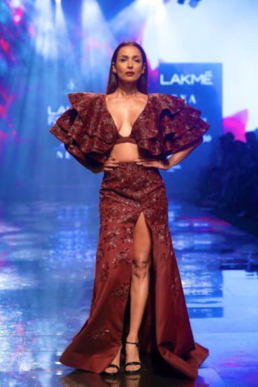 फॅशन डिझायनर दिया राजवीरसाठी अभिनेत्री मलायका अरोराने रॅम्प वॉक केला.