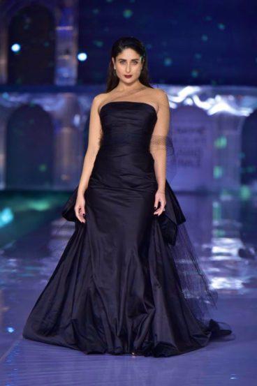 फॅशन डिझायनर नैनिका आणि गौरी यांनी डिझाइन केलेला काळ्या रंगाचा गाऊन परिधान करून करिना कपूरने रॅम्प वॉक केला.