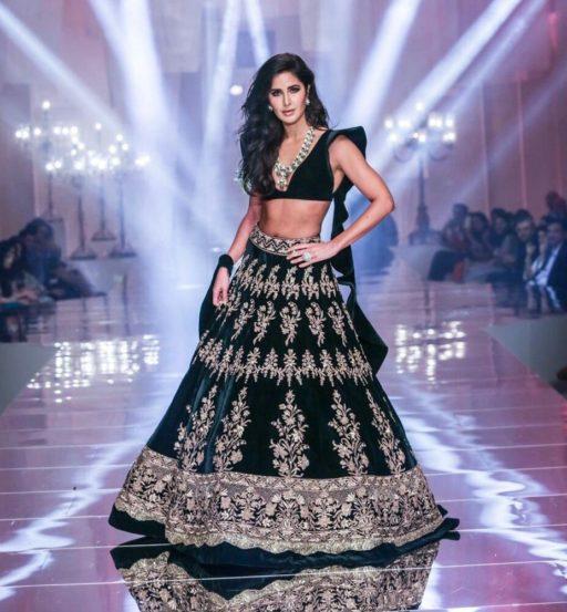 प्रसिद्ध फॅशन डिझायनर मनिष मल्होत्राने डिझाइन केलेल्या काळ्या रंगाच्या लेहंग्यामध्ये अभिनेत्री कतरिना कैफचं सौंदर्य खुलून दिसत होतं.