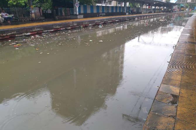 सलग दोन दिवस पडत असलेल्या पावसामुळे मुंबईची लाईफलाईन कोलमडली आहे. मध्य रेल्वेसह हार्बर रेल्वेच्या अनेक स्थानकांवर पावसाचं पाणी आलेलं आहे. (छायाचित्र - गणेश शिर्सेकर)