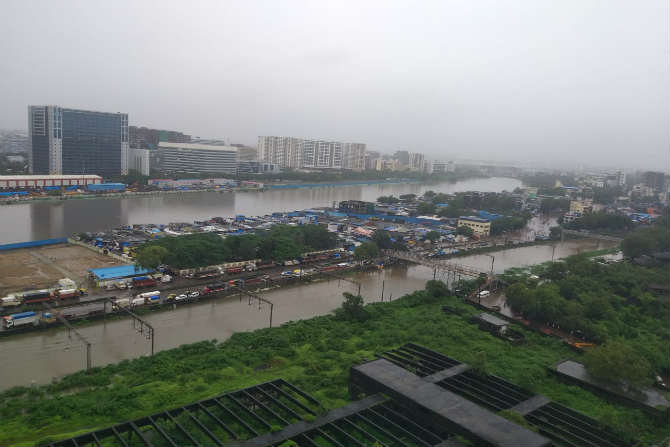 रेल्वे रुळांवर पाणी आल्यामुळे संपूर्ण परिसर जलमय झालेला दिसत होता. (छायाचित्र - गणेश शिर्सेकर)