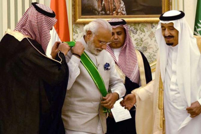 सौदी अरेबिया   'द किंग अब्दुल्लाझीज' हा पुरस्कार सौदी अरेबियातील सर्वोच्च नागरी सन्मान आहे. मोदींना ३ एप्रिल २०१६ साली एप्रिल महिन्यात हा पुरस्कार सौदी अरेबियाने प्रदान केला.