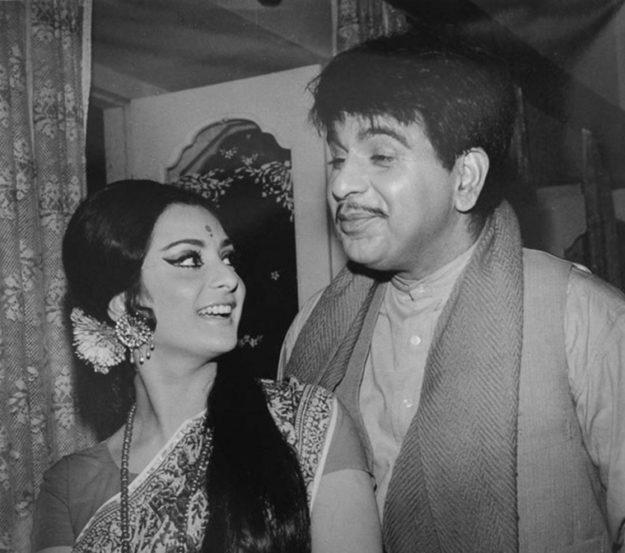 अनेक सुपरहिट चित्रपट देणाऱ्या सायरा बानो यांचं आयुष्य फक्त सिनेमांपुरतेच मर्यादित नव्हते. दिलीप कुमार यांच्यासोबतचे त्यांचे लग्नही चर्चेचा विषय ठरला होता.
