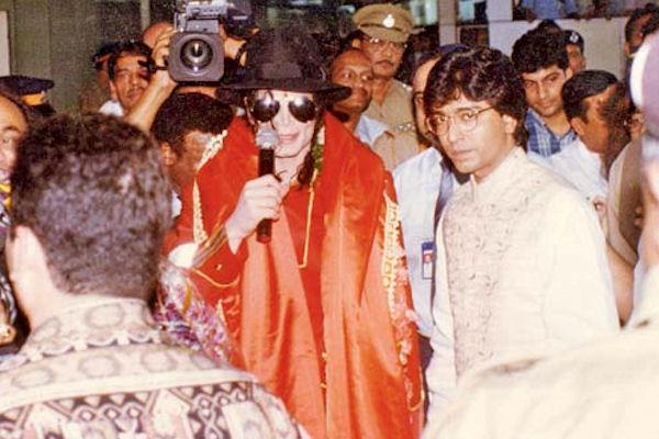 1996मध्ये मायकल जॅक्सन मुंबईत आला होता ते फक्त आणि फक्त शिवसेनेमुळे. शिव उद्योग सेनेनं हा कार्यक्रम आयोजित केला होता. सहार विमानतळावर जॅक्सन उतरला तेव्हा त्याच्या स्वागताला राज ठाकरे, शर्मिला ठाकरे आणि सोनाली बेंद्रे उपस्थित होते.